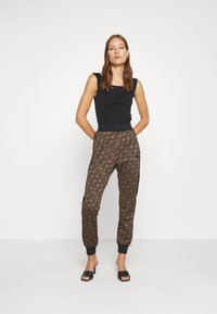 Replay - TROUSERS - Trainingsbroek - brown/black - 1