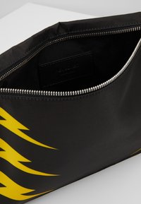 Neil Barrett - TIGER BOLT SACOCHE - Umhängetasche - black/yellow - 4