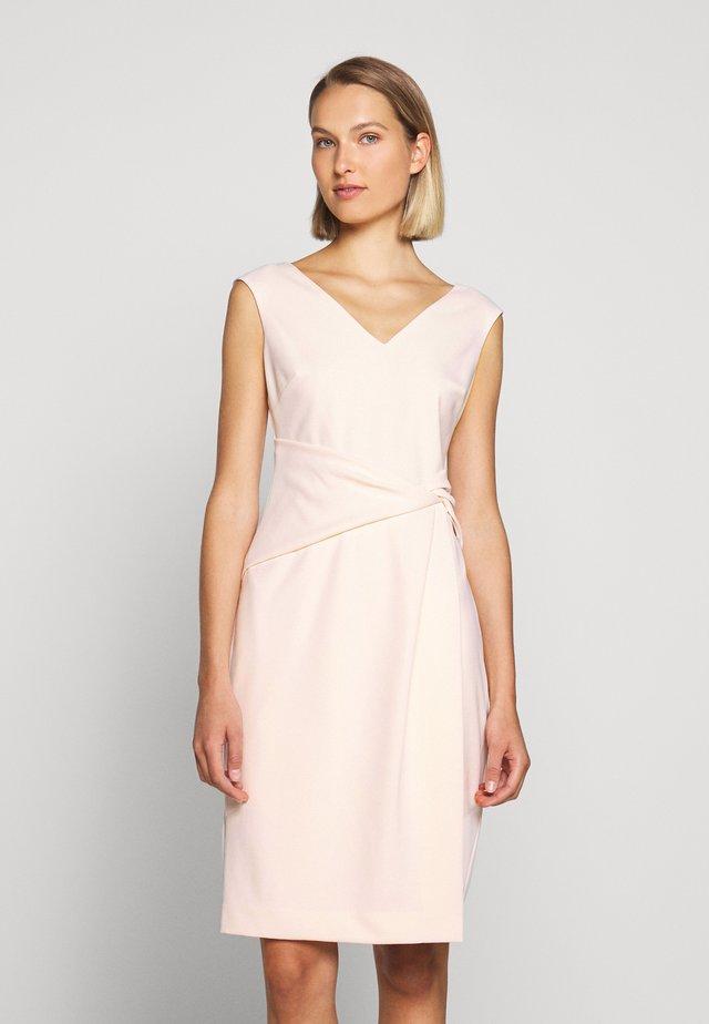 LUXE TECH DRESS - Robe fourreau - belle rose