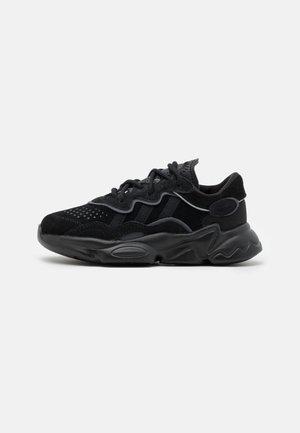 OZWEEGO UNISEX - Sneakers laag - core black/night metallic