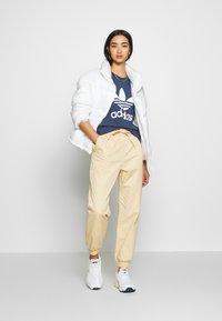 adidas Originals - Camiseta estampada - night marine/white - 1