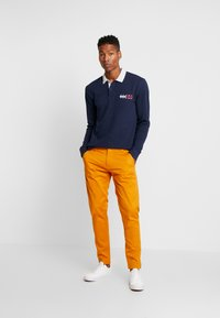 Tommy Jeans - SCANTON PANT - Chinot - inca gold - 1