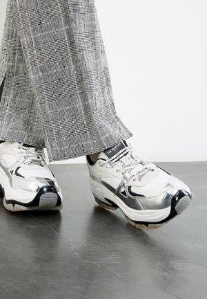Sneakersy niskie - off white / silver