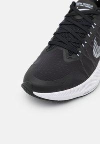 Nike Performance - WINFLO 8 - Neutrální běžecké boty - black/white/dark smoke grey/light smoke grey - 5