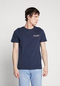 Jack & Jones - JORFLEXX TEE CREW NECK - T-shirt z nadrukiem - navy blazer - 0