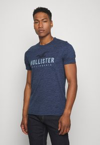 Hollister Co. - TONAL GRAPHIC 3 PACK - T-shirt con stampa - light blue/blue/black - 4