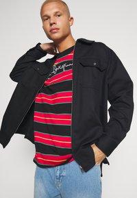 Karl Kani - ORIGINALS STRIPE TEE  UNISEX - T-shirt z nadrukiem - red/black/green - 3