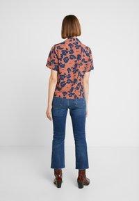 Neuw - MANHATTAN - Button-down blouse - cognac/navy - 2