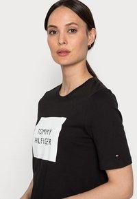 Tommy Hilfiger - REGULARBOX - T-shirt z nadrukiem - black - 3