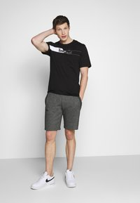 Timberland - KENNEBEC RIVER HORIZONTAL GRAPHIC TEE - T-shirt z nadrukiem - black - 1