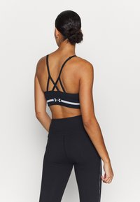 Under Armour - SEAMLESS LOW LONG BRA - Urheiluliivit: kevyt tuki - black - 2