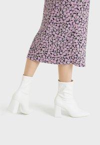Bershka - High heeled ankle boots - white - 0