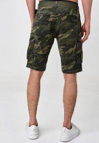 INDICODE JEANS - BLIXT - Shorts - mottled dark green - 2