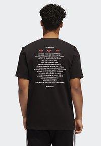 adidas Originals - RUN DMC PHOTO TEE - Print T-shirt - black/white/scarle - 1
