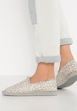 FLIPPADRILLA - Slippers - grey