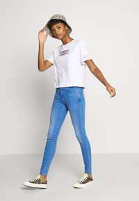 Tommy Jeans - TJW SLEEVE DETAIL LOGO TEE - T-shirts med print - white - 1