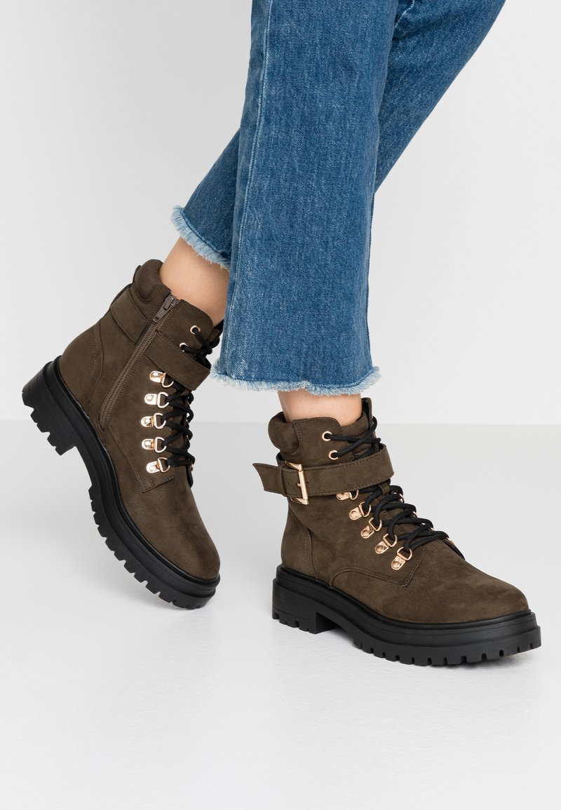 Miss Selfridge - BRIGHT BUCKLE DETAIL HIKER - Kotníkové boty na platformě - khaki