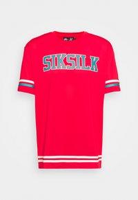 SIKSILK - SPACE JAM BASEBALL TEE UNISEX - T-shirt imprimé - red/green/ecru - 4