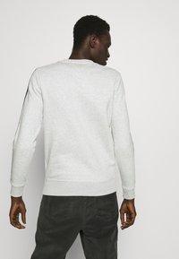 Tommy Jeans - BRANDED TAPE CREW - Sweatshirt - grey - 2