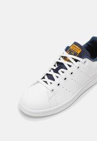 adidas Originals - STAN SMITH UNISEX - Sneakers laag - white/crew navy - 6