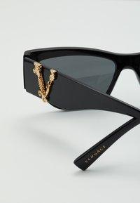 Versace - Zonnebril - black - 2