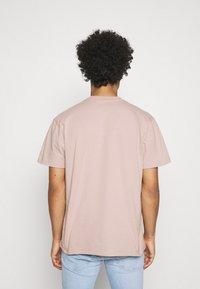Obey Clothing - POINT ORGANIC POCKET TEE - Printtipaita - gallnut - 2