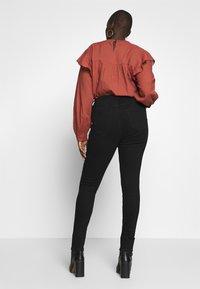 JUNAROSE - by VERO MODA - JRFOUR SHAPE NW BLACK JEANS  - Jeans Skinny Fit - black - 2