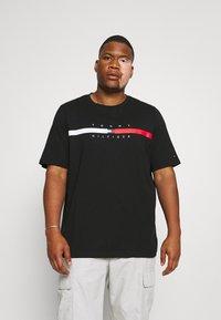Tommy Hilfiger - GLOBAL STRIPE CHEST TEE - T-shirt med print - black - 0