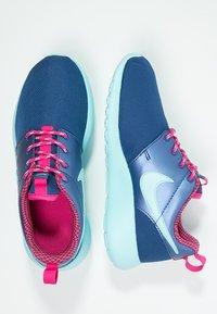 Nike Sportswear - ROSHE ONE - Baskets basses - insignia blue/copa/vivid pink - 1