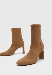 Bershka - ENG ANLIEGENDE - Boots à talons - ochre - 3