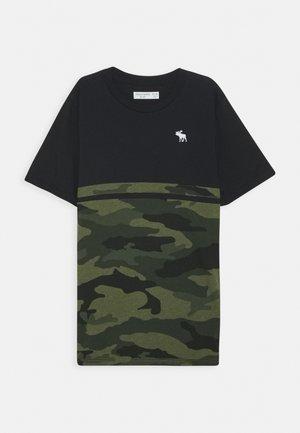 COLORBLOCK - T-shirt med print - khaki