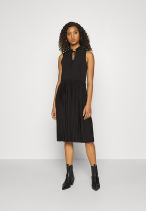 VMTWIST PLEATED KNEE DRESS - Žerzejové šaty - black