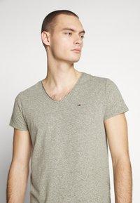 Tommy Jeans - VNECK TEE - T-shirt basique - uniform olive - 4