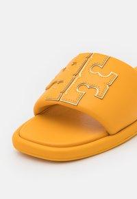 Tory Burch - DOUBLE T SPORT SLIDE - Klapki - light yellow - 6