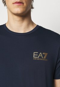EA7 Emporio Armani - Print T-shirt - dark blue - 4