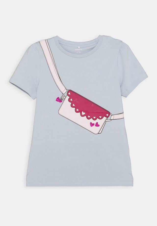 NKFBEINA - T-shirt z nadrukiem - blue fog
