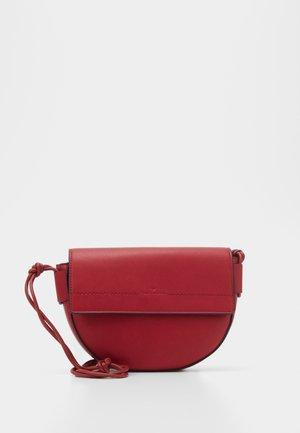 EVY - Across body bag - red