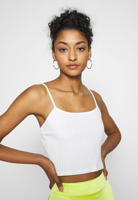 NA-KD - PAMELA REIF RIBBED SINGLET - Top - cloud cream - 4