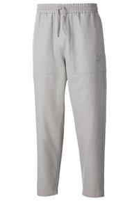 Puma - TAPERED WOVEN MEN'S CHINO PANTS MALE - Pantalon de survêtement - flint gray - 0