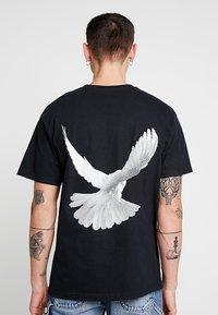 Mennace - DOVE BACK  - Print T-shirt - black - 0
