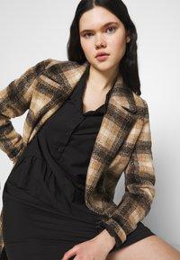 Vero Moda - VMFAY TUNIC DRESS - Košilové šaty - black - 4