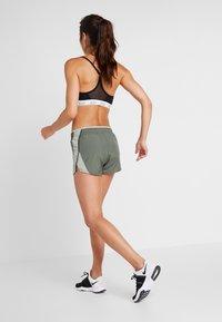 Nike Performance - Pantalón corto de deporte - juniper fog/jade horizon/galactic jade/wolf grey - 2