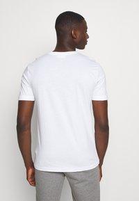 Calvin Klein - V-NECK CHEST LOGO - T-paita - white - 2