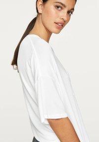 OYSHO - BASIC SHORT-SLEEVED T-SHIRT - T-shirt basique - white - 5