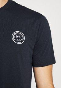 KnowledgeCotton Apparel - ALDER OWL BADGE TEE - T-shirt med print - dark blue - 5
