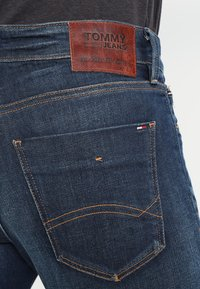 Tommy Jeans - SLIM SCANTON DACO - Vaqueros slim fit - dark - 4