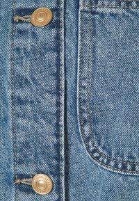 Pieces Curve - PCNAMIR TIE BELT VEST  - Waistcoat - medium blue denim - 2