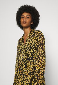 Tommy Jeans - PRINTED MIDI SHIRT DRESS - Shirt dress - black/yellow - 3