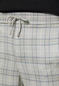 Only & Sons - ONSLINUS CROPPED  CHECK PANT - Spodnie materiałowe - medium grey melange - 4