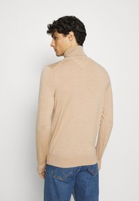 Tommy Hilfiger Tailored - FINE GAUGE LUXURY ROLL  - Jumper - pale camel heather - 2